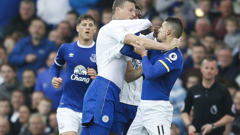 Everton v Leicester City - English Premier League - Goodison Park Stadium. Robert Huth of Leicester City grapples with Kevin Mirallas of Everton during the English Premier League match at Goodison Park Stadium, Liverpool. Picture date: April 9th 2017. Pic credit should read: Simon Bellis/Sportimage via PA Images URN:30883492 | (Foto: picture alliance / empics)