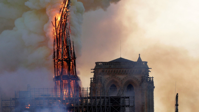 The steeple of the landmark Notre-Dame Cathedral collapses as the cathedral is engulfed in flames in central Paris on April 15, 2019. - A huge fire swept through the roof of the famed Notre-Dame Cathedral in central Paris on April 15, 2019, sending flames and huge clouds of grey smoke billowing into the sky. The flames and smoke plumed from the spire and roof of the gothic cathedral, visited by millions of people a year. A spokesman for the cathedral told AFP that the wooden structure supporting the roof was being gutted by the blaze. (Photo by Geoffroy VAN DER HASSELT / AFP) (Foto: AFP)