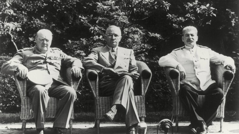 Winston Churchill (GB), Harry S. Truman (USA) und Josef Stalin (Sowjetunion, v.li.) ordneten hier 1945 die Welt neu (Foto: picture alliance / akg-images)