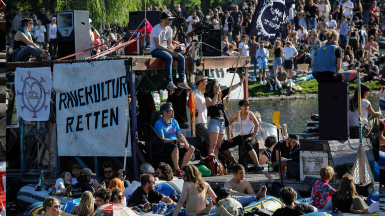 People attend a rave in boats of all sizes to give support to Berlin's world renowned dance clubs which are struggling due to coronavirus COVID-19 pandemic on the Landwehr canal on May 31, 2020 in Berlin's Kreuzberg district. (Photo by David GANNON / AFP) (Foto: AFP)