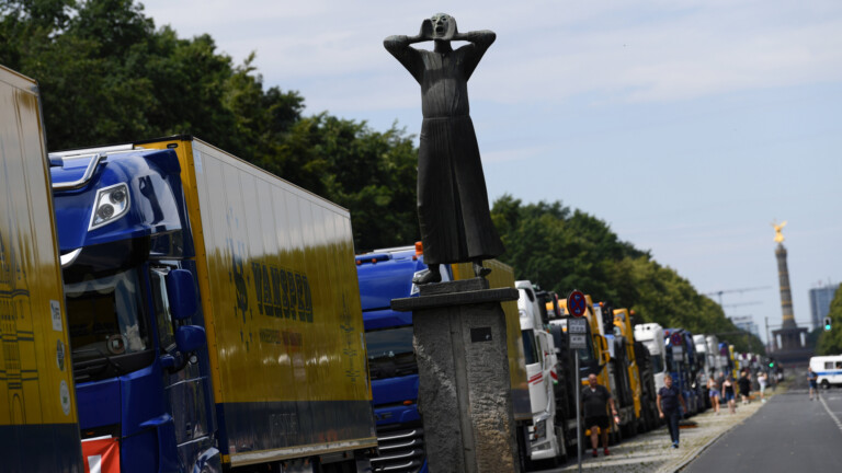 German trucks are seen during a truck drivers protest against the coronavirus disease (COVID-19) measures, in Berlin, Germany, July 24, 2020. REUTERS/Annegret Hilse (Foto: REUTERS)