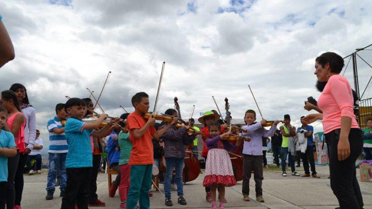 Die Kinder musizieren auf ihren neuen Instrumenten