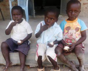 Die drei kleinen Jungs essen Reis