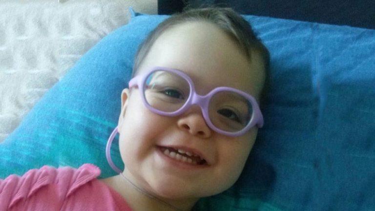 Die kleine Marijana mit ihrer neuen Brille.