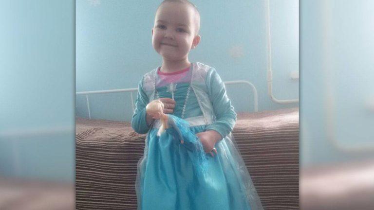 Daniella im Elsa-Kostüm im Krankenhaus.