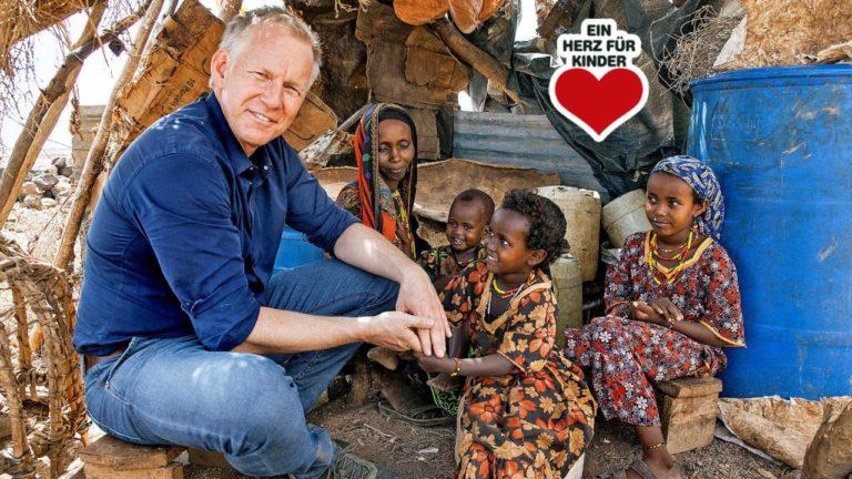 """Johannes B. Kerner (52), Moderator der Gala """"Ein Herz für Kinder"""", mit der kleinen Kame (4) und deren Familie. Sie hat nur einen Wunsch, sie möchte in die Schule"""
