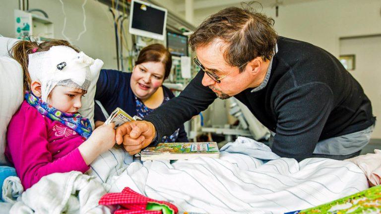 Jan Josef Liefers, Botschafter der NCL-Stiftung, informiert sich über Klaras Fortschritte. Sie kommt alle zwei Wochen mit ihrer Mutter Kathrin zur Enzymtherapie ins UKE