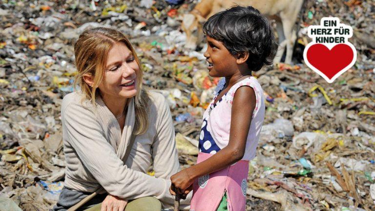 Ursula Karven mit einem Mädchen, das als Müllsammlerin in der indischen Stadt Guwahati nahe Kalkutta arbeiten muss