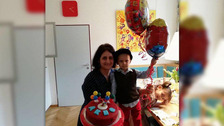 Areg mit seiner Mutter. Kuchen und Luftballons für Aregs vierten Geburtstag