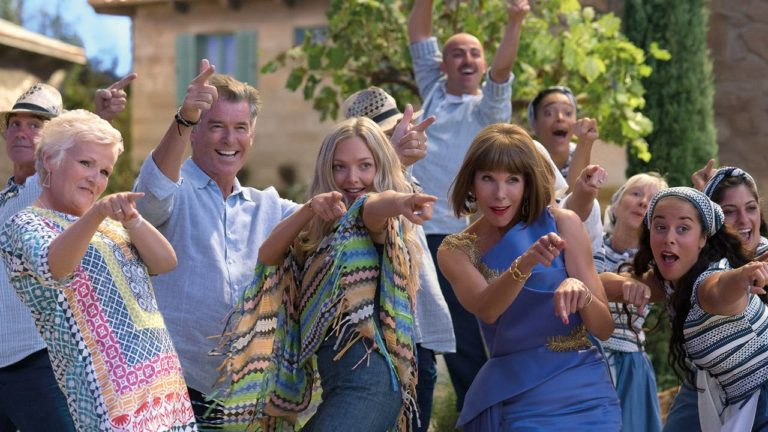 Rosie (JULIE WALTERS), Sam (PIERCE BROSNAN), Sophie (AMANDA SEYFRIED) und Tanya (CHRISTINE BARANSKI) in MAMMA MIA! HERE WE GO AGAIN