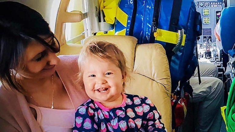 Glücklich und gesund: Aria (1) auf dem Rückweg nach Deutschland mit ihrer Mutter Sabrina (28)