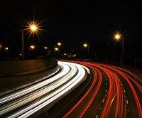 Hvilke regler er der egentlig i Færdselsloven for brug af langt lys på motorvejen? Få overblikket her
