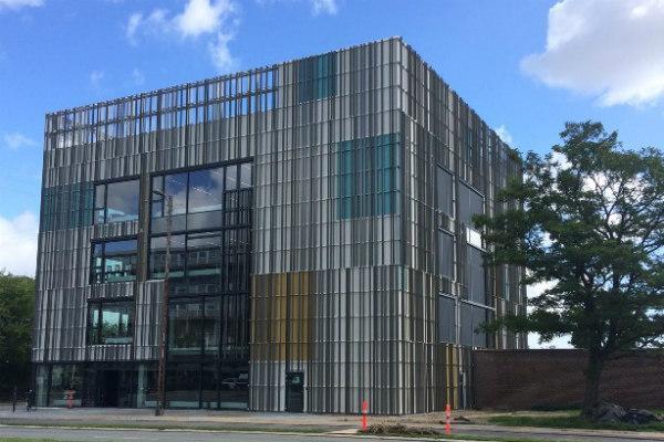 Vestegnen HF & VUC viser en smuk, farveskiftende facade