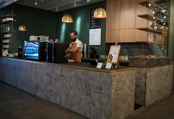 Lys æstetik på kaffebaren La Cabra