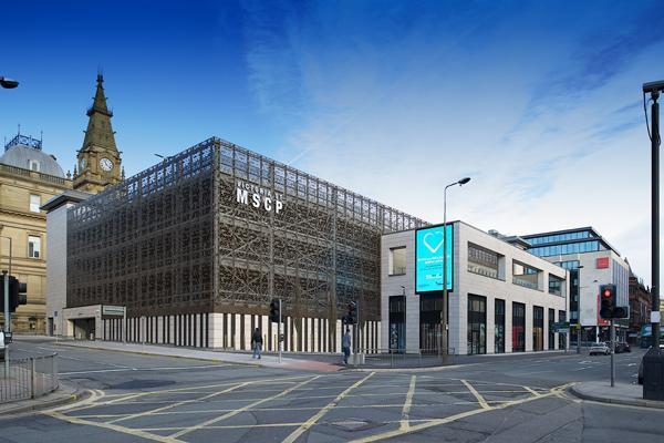 Kreativ facade tilfører ekstra dimension til parkeringshus