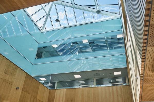 Glasvægge giver åbenhed i nyt kræftbehandlingscenter
