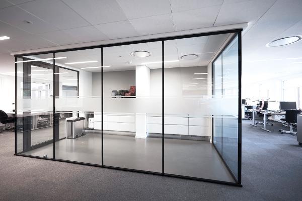 TRIPLAN LITE glasvægge i flot og enkel indretning hos Movia