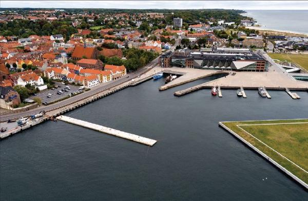 Beton-mastodonter tager toppen af hidsige bølger rundt om i danske havne