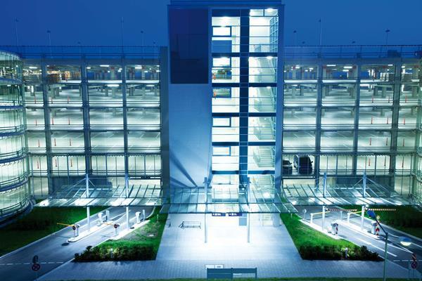 Se parkeringshuset i et helt nyt LED lys