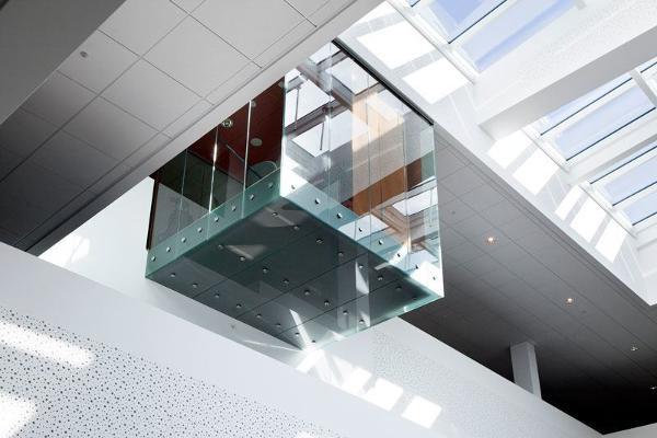 Svævende glasrum – skræddersyet møderumsløsning leveret af Triplan