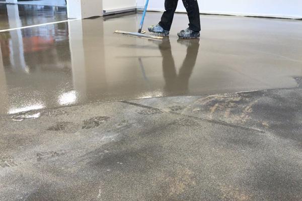 Fleksible betongulve i råt look