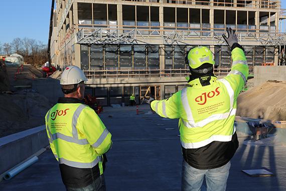 Byggepladsentreprenøren er viceværten på byggepladsen