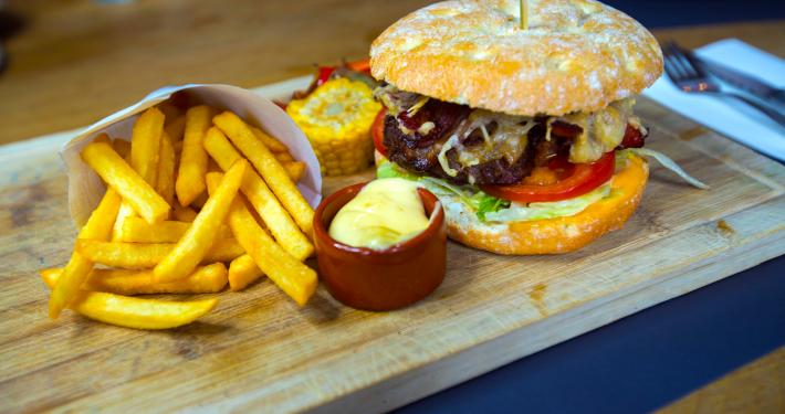 De onvolprezen De Peizer Hopbel hamburger