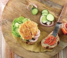 Burger di crostacei con lattuga,cipolla di Tropea e dressing al pomodoro
