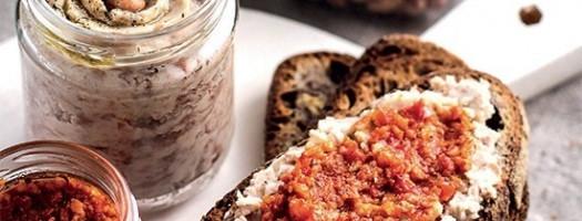 Bruschette con crema di borlotti e pesto di pomodori secchi