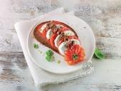 Caprese con pane integrale, olive taggiasche e olio al basilico Punti - 20