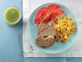 Uova strapazzate, pane integrale e pomodori con centrifugato di cetriolo Punti - 0