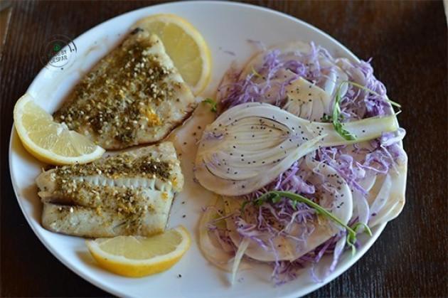 Filetti di merluzzo gratinati alle erbe con insalatina di finocchi, cavolo viola e semi di chia