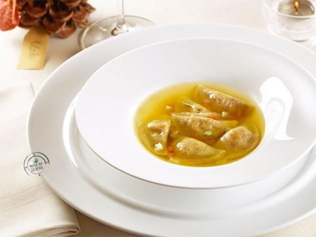 Mezzelune con ricotta di capra al tartufo in brodo di manzo e verdure allo zafferano