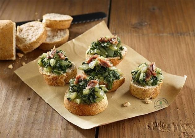 Mini bruschette con bietola e alici