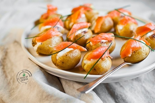 Mini patate ripiene di trota affumicata e caprino fresco