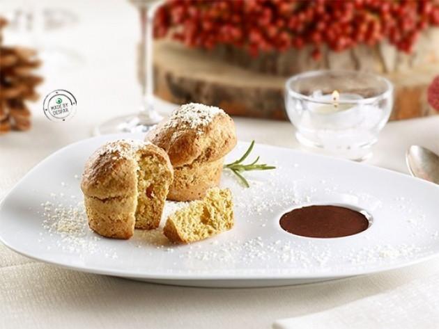 Panettoncini al rosmarino con salsa di cacao e mandorle