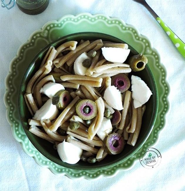 Caserecce di farro integrale con pesto, olive verdi, capperi e mozzarella