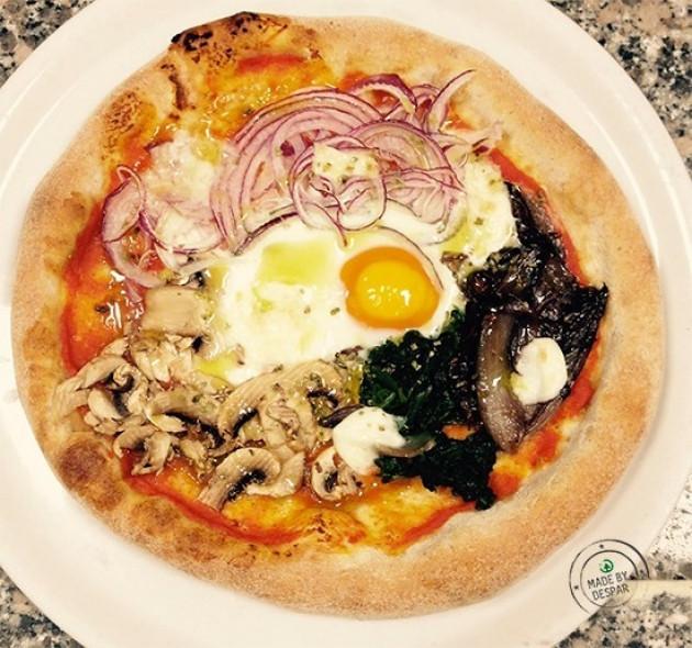 Pizza integrale con verdure, funghi e uovo
