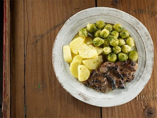 Scaloppine di vitello ai funghi chiodini con padellata di patate e cavoletti di Bruxelles