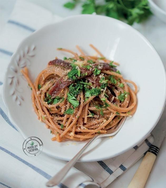 Spaghetti integrali con acciughe, prezzemolo e briciole