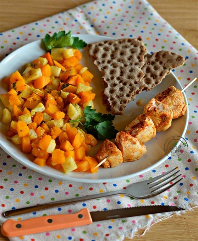 Spiedino di tacchino alla paprika con caponata di verdure e crackers integrali di segale