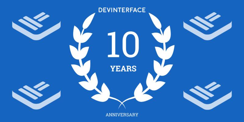 corona d'alloro con la scritta dieci anni di DevInterface
