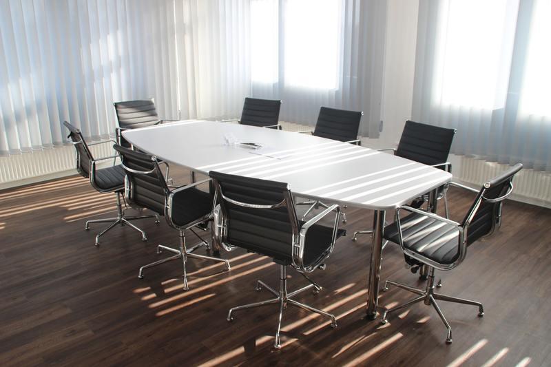 tavolo ufficio riunioni vuoto