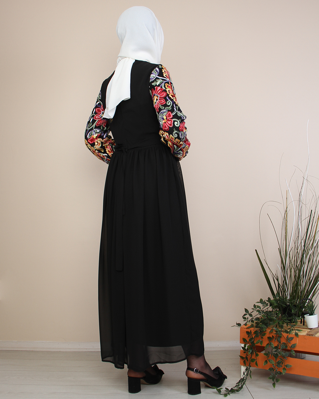 Kollları Renkli Nakışlı Beli Büzgülü Elbise SİYAH