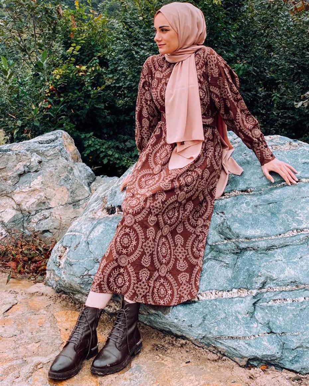 Kolları Manşetli Etnik Desen Kemerli Elbise Kahve