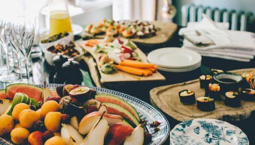 Dietetyczne przekąski na imprezę – co i jak przygotować dla gości?