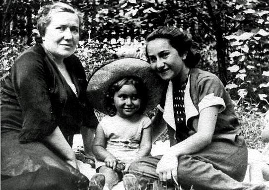 Krystyna with her mum Sura and niece Lillian before the war