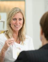 Dentalhygienikerin Judith Kleintjes behandelt in der parodontalen Erhaltungstherapie. - Foto 3 von Zahnärztliche Praxisgemeinschaft John und Chanteaux auf DocInsider.de