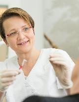 Prophylaxespezialistin Petra Trapp berät zu einer individuellen Dentalhygiene. - Foto 4 von Zahnärztliche Praxisgemeinschaft John und Chanteaux auf DocInsider.de