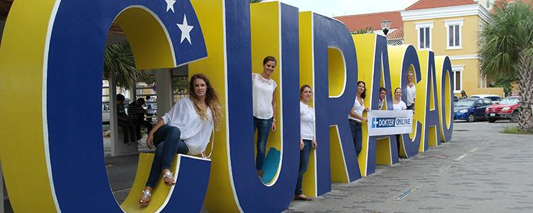 Klantenservice team bij logo Curacao